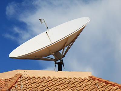 衛星アンテナで信号をキャッチ